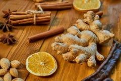 Большая часть имбиря на деревянной коричневой предпосылке Ингридиенты для обдумыванного вина: высушенные плодоовощи, апельсин, им стоковое фото rf