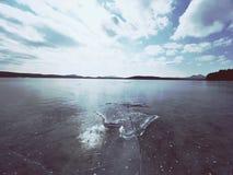 Большая часть льда с абстрактными отказами внутрь Indetail блока сосульки с замороженными пузырями Стоковая Фотография