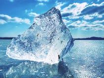 Большая часть льда с абстрактными отказами внутрь Indetail блока сосульки с замороженными пузырями Стоковая Фотография RF