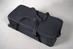 Большая черная сумка перемещения с путем и колесами клиппирования Стоковое Фото
