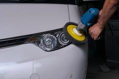 Большая чистка headight на белом автомобиле стоковое изображение rf