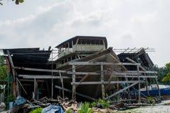 Большая шлюпка под конструкцией на гавани на тропическом острове Стоковые Фотографии RF