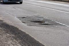 Большая яма, рытвины на дороге Стоковое фото RF