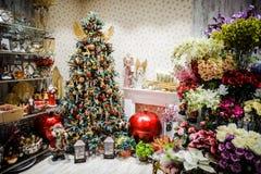 Большая яркая рождественская елка украшенная с красочными гирляндами и воздушными шарами Стоковые Фотографии RF