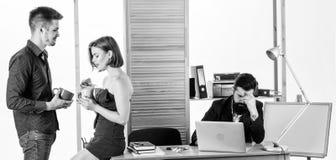Больше чем как раз друзья Сексуальное желание Flirting и соблазнение Flirting с перерывом на чашку кофе сотрудника Женщина flirti стоковое изображение