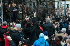 Больше чем 60 тысяч люди держат антипровительственное ралли в Братиславе, Словакии 16-ого марта 2018 Стоковые Изображения RF