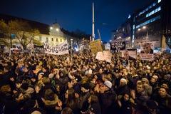 Больше чем 60 тысяч люди держат антипровительственное ралли в Братиславе, Словакии 16-ого марта 2018 Стоковое Изображение RF