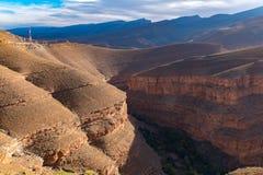 Большие африканские скалистые ландшафты каньона ущелья Todgha наклона на высокое растояние гор атласа на реках Dades около городк стоковое изображение rf