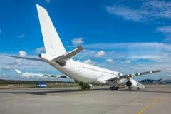 Большие белые воздушные судн припарковали на авиапорте, взгляде кабеля стоковая фотография