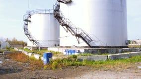 Большие белые промышленные танки для нефти и масла шток Топливные баки на ферме танка Большие промышленные масляные баки в a сток-видео