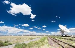 Большие белые спутниковая антенна-тарелка и железнодорожные пути Стоковая Фотография