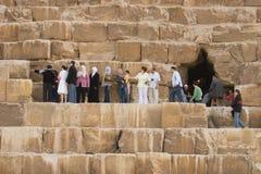 большие близкие туристы пирамидки Стоковые Фотографии RF