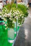Большие букеты белых alstroemerias в высоком прозрачном стеклянном магазине ваз продали в форме оборачивать подарка Marke ` s фер Стоковое фото RF