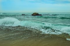 Большие валуны в океане сизоватого зеленого цвета стоковое фото rf