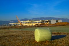 Большие винные бутылки строительная площадка, Словения стоковые фотографии rf