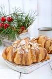 Большие вкусные круассаны с хлопьями миндалины и чашка чаю на белой деревянной предпосылке Стоковое Изображение RF