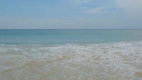 Большие волны покрывают берег пляжа акции видеоматериалы