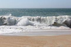 Большие волны, шторм, Атлантический океан, Португалия стоковое изображение