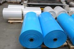 Большие голубые промышленные крены пластмассы стоковые фотографии rf