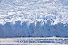 большие голубые crevices смотрят на силуэт ледника Стоковые Фотографии RF