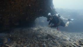 Большие горные породы подводные сток-видео