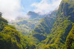 большие горы горы ландшафта Взгляд гор на парке лесохозяйства Queimadas трассы - Caldeirao Verde Стоковое Фото