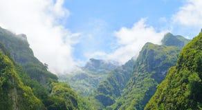 большие горы горы ландшафта Взгляд гор на парке лесохозяйства Queimadas трассы - Caldeirao Verde Стоковая Фотография RF