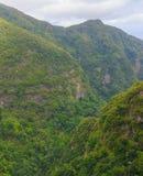 большие горы горы ландшафта Взгляд гор на парке лесохозяйства Queimadas трассы - Caldeirao Verde Стоковая Фотография