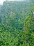 большие горы горы ландшафта Взгляд гор на парке лесохозяйства Queimadas трассы - Caldeirao Verde Стоковые Изображения