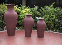 Большие декоративные керамические handmade вазы в интерьере Стоковые Изображения RF