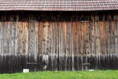 Большие деревянные двери амбара с шарнирами металла Стоковые Фотографии RF