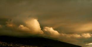 Большие динамические облака шторма на заходе солнца стоковое изображение