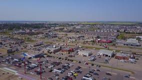 Большие дома и торговый центр прерии сверху, Альберта, Канада акции видеоматериалы