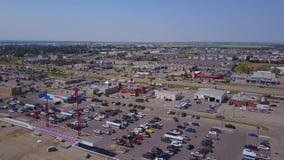 Большие дома и торговый центр прерии сверху, Альберта, Канада сток-видео