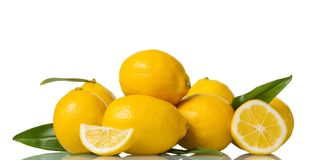 Большие желтые плодоовощ и части отрезанного лимона изолированного на белизне Стоковые Фото