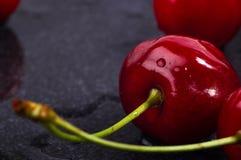 большие зрелые красные сладостные вишни Стоковое Изображение RF