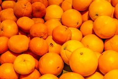 Большие и малые апельсины как предпосылка стоковое изображение rf