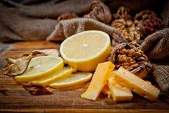 Большие и малые, все и прерванные грецкие орехи с лимоном и сыром Стоковое Изображение RF