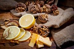 Большие и малые, все и прерванные грецкие орехи с лимоном и сыром стоковые изображения