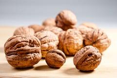 Большие и малые, все и прерванные грецкие орехи Стоковые Фотографии RF
