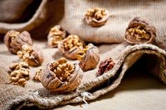 Большие и малые, все и прерванные грецкие орехи Стоковая Фотография RF