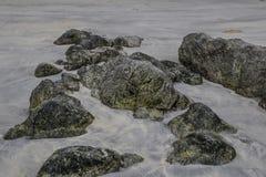 Большие камни на пляже на Koh Phayam, Таиланде стоковые изображения rf