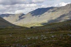 Большие камни на поле перед горами в тундре в субполярном Урале Стоковые Изображения