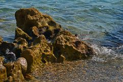 Большие камни среди волн стоковое фото