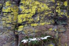Большие камни утеса горы, покрытые с лишайником Стоковое фото RF
