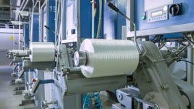 Большие катушкы синтетического волокна поворачивают дальше транспортер видеоматериал