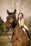 большие коричневые детеныши женщины riding лошади Стоковое Фото