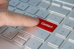 Большие красные свяжутся мы кнопка клавиатуры надписи контакта на кнопке клавиатуры стоковая фотография