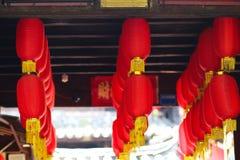 Большие красные фонарики висят высоко стоковое изображение