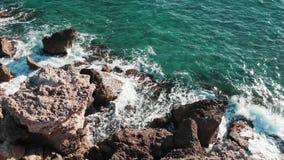 Большие океанские волны Волны моря ударяя утесы Волны брызгая и создавая пену Красивый скалистый пляж Большие утесы моря Вид с во акции видеоматериалы